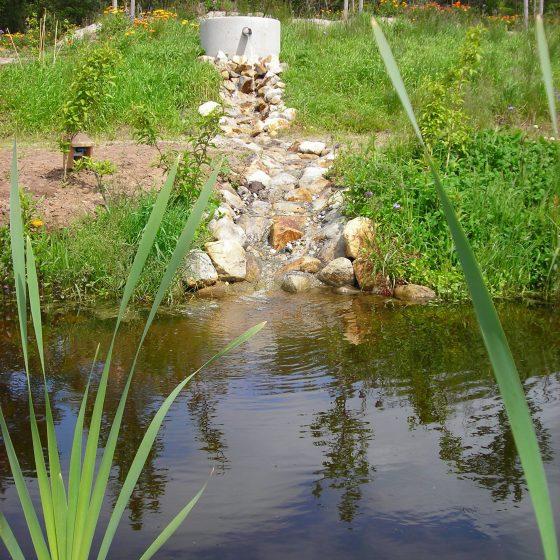 aflopende waterval met rosten